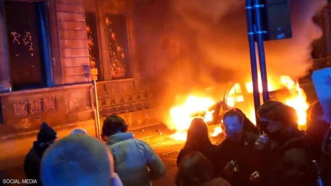 """بريطانيا.. احتجاجات """"عنيفة"""" والنيران تلتهم سيارتي شرطة"""