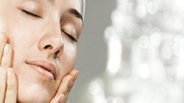 البشرة الدهنية و طريقة العناية بها.. نصائح من خبراء التجميل