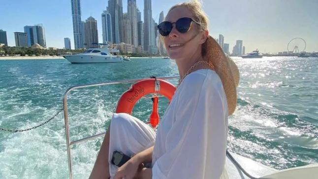 كاتيا أوسادشا تنشر صورة الصيف من دبي في ثوب أبيض على متن يخت