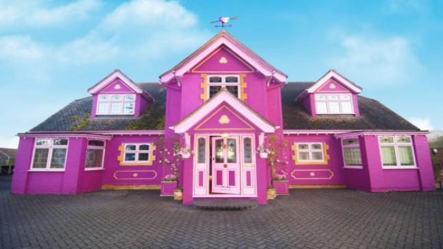 امرأة تُحوّل منزلها إلى مكانٍ خيالي باللون الوردي وتستقطب المشاهير