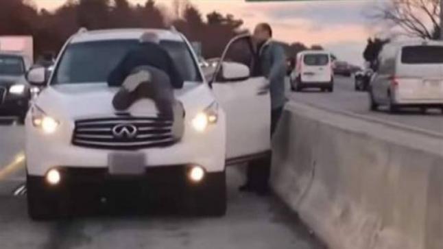 عجوزٌ كاد يفقد حياته على الأوتوستراد.. بسبب سائق متهوّر! (فيديو)