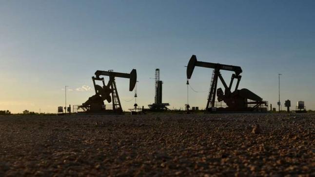 النفط يرتفع لكن العزل في أوروبا والمخزون الأمريكي يحدان من المكاسب