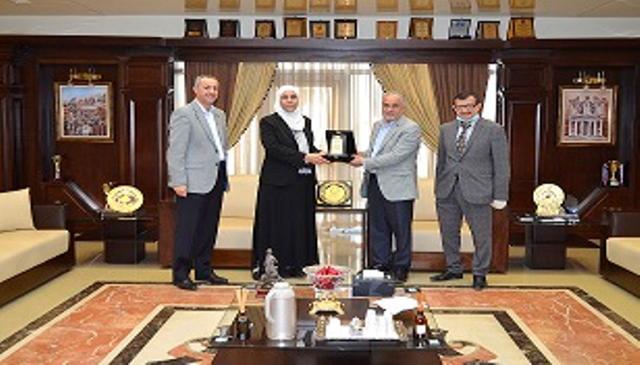 رئيس عمان الاهلية يكرم د.منال عباس من كلية العلوم الطبية المساندة