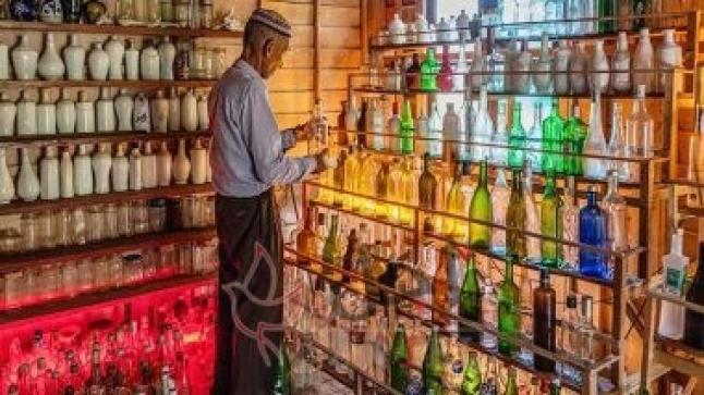 متحف من زجاجات فارغة جمعها مسن ماليزي للحفاظ على النظافة