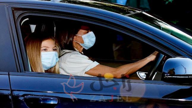رصد كاميرا ملكة إسبانيا أثناء توصيل ابنتيها إلى المدرسة