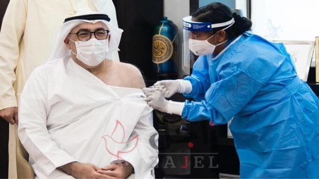 تلقي معالي عبدالرحمن بن محمد العويس وزير الصحة الاماراتي الجرعة الأولى من لقاح كوفيد-19
