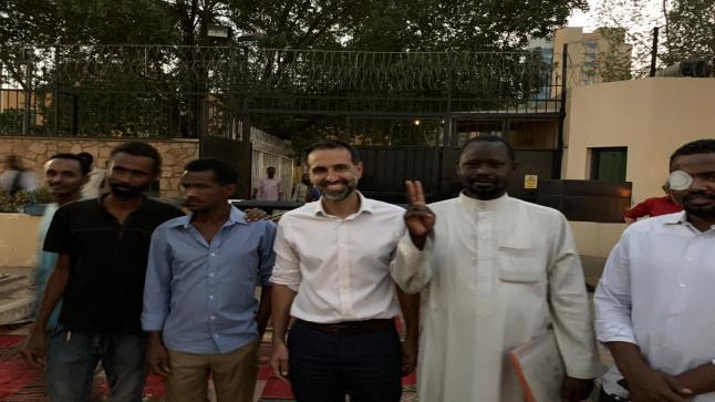 سفير بريطانيا في الخرطوم يؤم المصلين في السودان